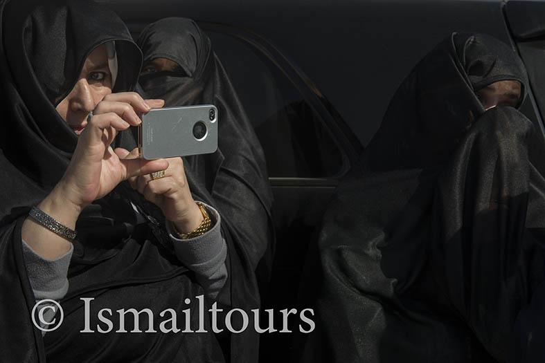 Marokko, Aoussift, 20150307.  Feest in het dorp vanwege de aanleg van een nieuwe weg die de omliggende dorpen bereikbaar maakt. Vrouw fotografeert met een mobiele telefoon. Woman making a picture with her mobile phone. Party in the village, road is constructed so the vilages can be reached which brings more prosperity. Naamsvermelding verplicht; Foto ; Sabine Joosten/Hollandse Hoogte