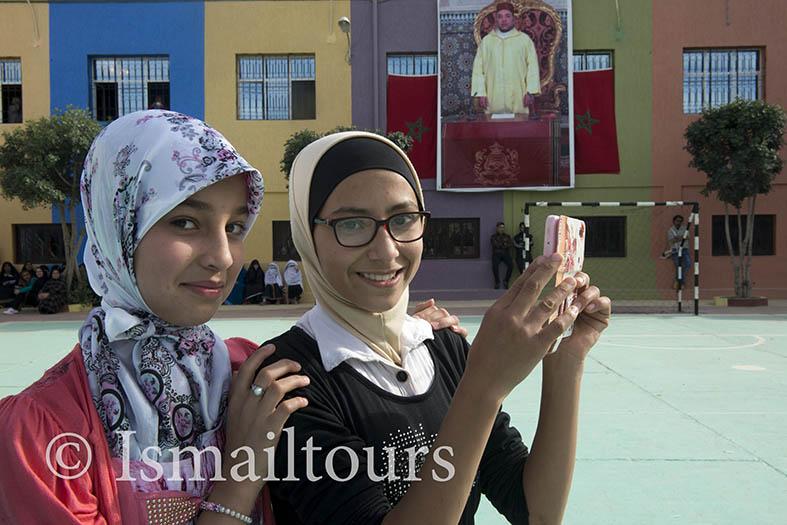 Marokko, Tafarout 20150308.  Meisjes op het schoolplein fotograferen een optreden . Girls at the schoolyard  taking pictures. Naamsvermelding verplicht; Foto ; Sabine Joosten/Hollandse Hoogte